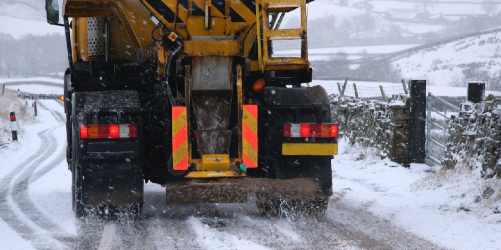 a lorry gritting to remove snow